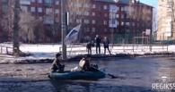 Омичи решили преодолевать бездорожье на лодках