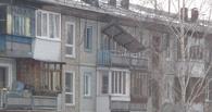 После снегопада в Омске с многоэтажки сорвало козырек балкона