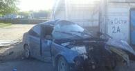 Омич на BMW врезался в бетонный забор и сбежал