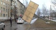 С омских улиц уберут 82 рекламных щита