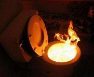 В омской квартире загорелся туалет: эвакуировано семеро жильцов