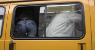 В Омске пассажиры покидают маршрутку через форточку