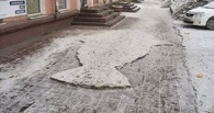 Омские дворники выбили на тротуаре рыбу изо льда
