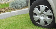 Мэрия Омска ловит нарушителей парковки на газонах