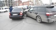В Омске в ДТП под метромостом столкнулось три автомобиля