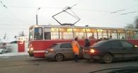 На «Горбатом» мосту в Омске произошло ДТП с трамваем (фото)