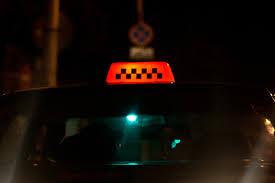Двое пьяных отморозков чуть не убили таксиста, пытаясь угнать автомобиль