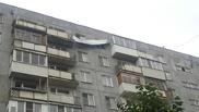 В Омске во время ветра с крыши многоэтажки сорвало кровлю