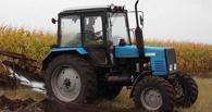 В Омской области трактор утонул в луже на размытой дороге
