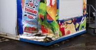 В Омске легковушка наехала на киоск с мороженым, после чего скрылась