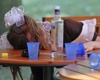 Онищенко на коленях умоляет школьников не пить на Последнем звонке