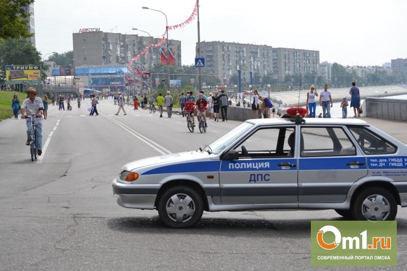 Омские инспекторы ДПС объясняют автолюбителям, как проехать по улице Пушкина