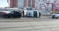 В центре Омска в аварии опрокинулась «Газель» с гробом - ФОТО