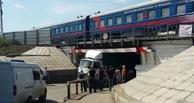 Застрявшая в тоннеле фура заблокировала выезд из Привокзального поселка в Омске