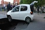 «Тепловая компания» заплатила супругам на Toyota Vitz, ушедшим под землю на 22 Апреля