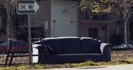 Рецидивисты с помощью дивана обокрали омское предприятие