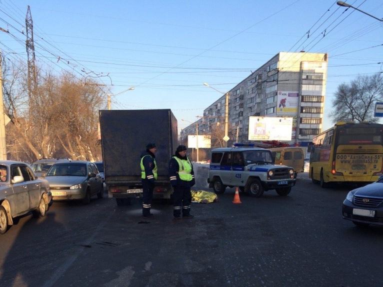 В Омске водитель насмерть сбил пенсионерку и сбежал, бросив автомобиль