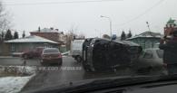 В центре Омска Lexus столкнулся с тремя автомобилями и перевернулся