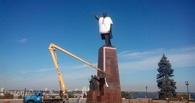 В Запорожье памятник Ленину обрядили в рубаху-вышиванку