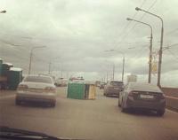 В Красноярске биотуалеты создали пробку на мосту