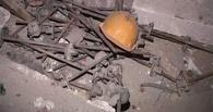 В Омске слесарь упал с 12-метровой бетонной установки