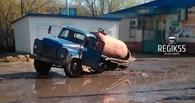 В Омске под асфальт ушел ассенизатор