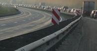 На Фрунзенском мосту иномарка «перелетела» через отбойник (видео)