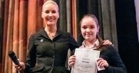 Поедет учиться в институт «Останкино»: Лена Летучая вручила грант школьнице