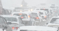 За сутки с дорог вывезли 3300 кубометров снега, но пробки пока держат Омск
