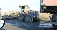 В Омске во время ремонта дороги грейдер утонул в грязи