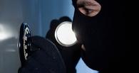 В Омской области воришка, проникший в чужой дом, прятался от полицейских в хозяйской кровати