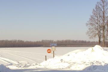 Незаконные ледовые переправы в Омской области заваливают снегом