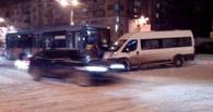 В Омске автоледи врезалась в переполненную маршрутку