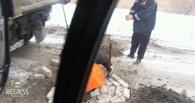 Ямы на улице Лукашевича в Омске заделывают кирпичами