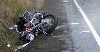 Омский мотоциклист без прав улетел в кювет