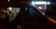В Омске у маршрутки на ходу отвалилась дверь