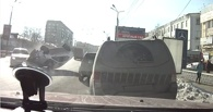 В соцсетях появилось видео, как на проспекте Маркса в Омске перевернулась Toyota