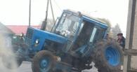 В Омске прямо на дороге у трактора отвалилось колесо