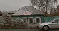 Омич застелил крышу баннером с портретом человека, похожего на Двораковского