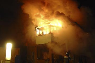 В Омске на пожаре в частном доме мужчина получил ожог дыхательных путей