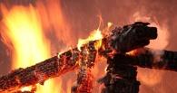 В Центральном округе Омска частный дом тушили 26 спасателей