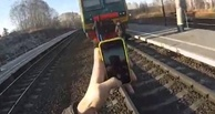Школьница, сбитая поездом в Омской области, любила делать селфи на железнодорожных путях