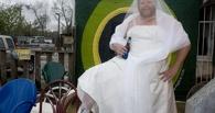 В Омске мужчина в свадебном платье пытался пожениться