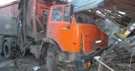 На водителя КаМАЗа, который снес остановку в Омске, завели уголовное дело