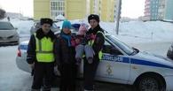 Омские полицейские пришли на помощь автоледи с ребенком, попавшей в беду на дороге - ФОТО
