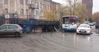 В центре Омска КамАЗ прицепом разворотил пассажирский автобус (ФОТО, ВИДЕО)