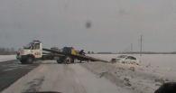 Омские гаишники вытащили из кювета перевернувшееся авто водителя из Оренбурга