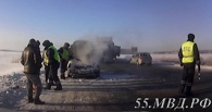 Омские инспекторы спасли на трассе семью с загоревшимся Mitsubishi Lancer