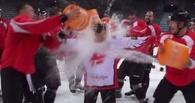 Хоккеисты омского «Авангарда» облились ледяной водой в рамках всемирного флешмоба