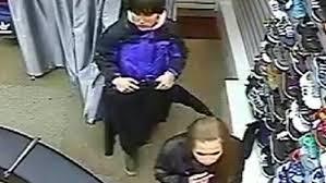 В Омске подросток украл одежду из магазина, переодевшись в примерочной